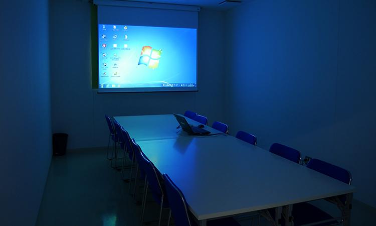 会議室(照明落としたイメージ)